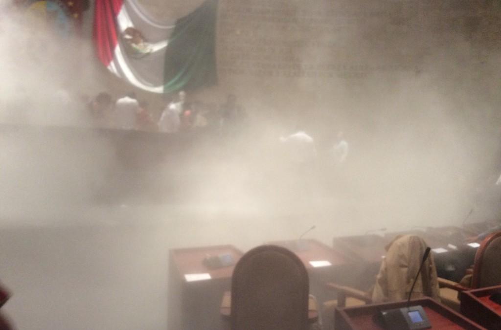 En medio de gas lacrimógeno, coalicionistas aprobaron la ley secundaria electoral.