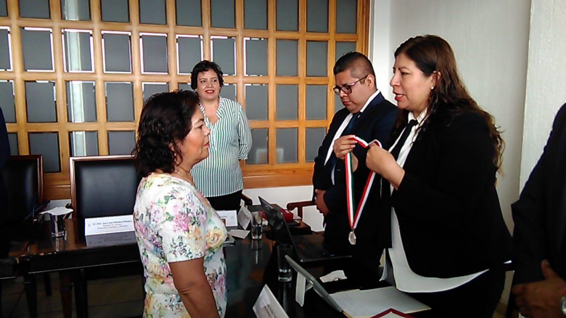 Entrega Cabildo de Huajuapan medallas Serafín Acevedo y Manuel González Gatica por trayectoria educativa